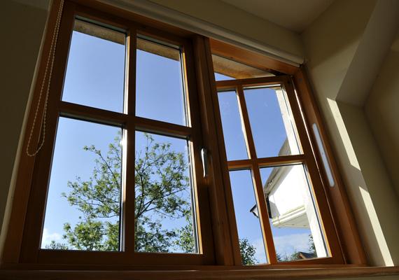 A biztonsági ablakfóliák megerősítik az üveget, megakadályozzák az ablakon át való behatolást, egyúttal a szilánkok szétszóródása ellen is védenek.
