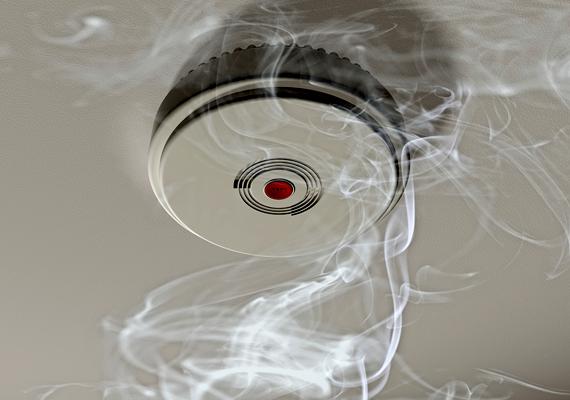 A tűzjelzőknek többféle típusa is létezik, van, amelyik a füstöt érzékeli, míg más a hőmérséklet hirtelen emelkedését is. Már néhány ezer forintért beszerezhetsz egyet. Kattints ide, ha többet akarsz tudni.