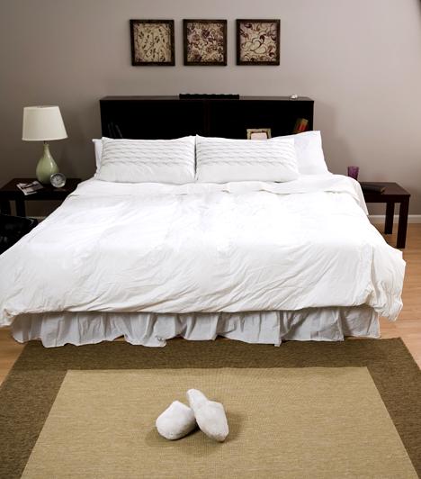 Ágy  Az ágy keretének repedéseiben vagy például a háttámlája mögött gyakran bújnak meg ágyi poloskák, melyek éjszaka jelennek meg, és emberi vérrel táplálkoznak. Leggyakrabban a nyakat, a csuklót és a bokát támadják meg, ha itt észlelsz apró csípéseket, joggal gyanakodhatsz rá.  Kapcsolódó cikk: Durva kártevő a lakásban, ami éjszaka csap le rád »