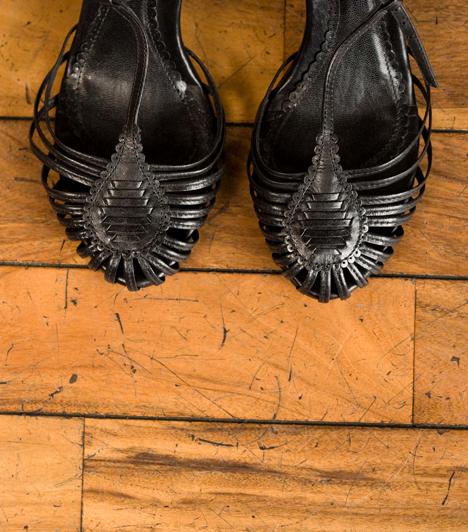 Padló repedéseiA padló repedéseiben a bolhák és az atkák is otthonra lelhetnek, emellett a különféle rovarok is lerakhatják ide petéiket. Tisztítsd rendszeresen a padlót is, és lehetőleg porszívózd is át.