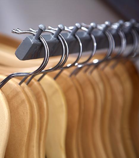 RuhásszekrényA ruhásszekrény a molyok egyik kedvenc élőhelye, melyek lárvái, ha nem vigyázol, képesek egész ruhadarabokat is szétrágni, amennyiben azok természetes anyagokból, például gyapjúból készültek.Kapcsolódó cikk:Így tartsd távol a molyokat a szekrénytől! »