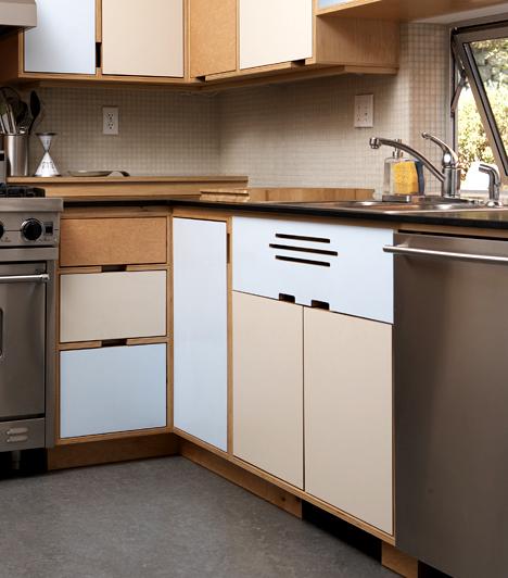 KonyhaszekrényHa a konyhaszekrényben régi lisztet vagy épp rizst tárolsz, számíthatsz rá, hogy abból különféle élősködők kelhetnek ki idővel. Fontos, hogy takarítsd rendszeresen a konyhaszekrényt, ne csak bedobáld az újabb szerzeményeket.