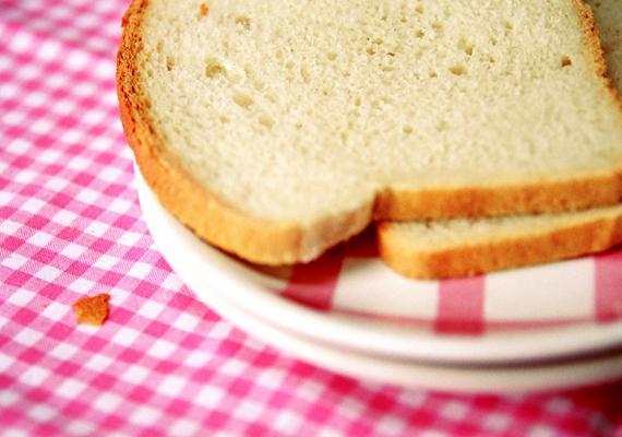 Ha a rizs égett oda, tegyél az edény fölé egy rácsot, arra egy szelet fehér kenyeret, majd takard le az egészet konyharuhával. A kenyér beveszi majd a kellemetlen szagot.