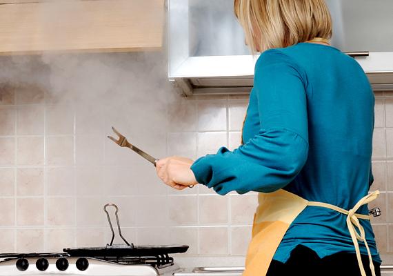 Ha az ételnek kellemetlen, füstös, égett íze lett, segíthet a hagyma és a burgonya. Főzd valamelyiket öt-tíz percig a levesben, ha pedig sült égett oda, tedd mellé, adj hozzá pár evőkanál vizet, majd süsd egy kis ideig.
