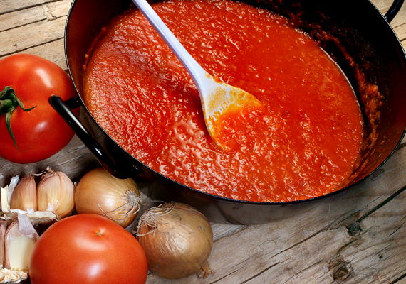Az odaégett ízt intenzív fűszerekkel is enyhítheted, illetve jó megoldás lehet a paradicsomszósz, amennyiben passzol az adott ételhez.