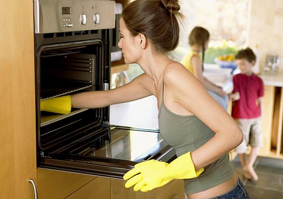 A szénsavas víz felülettisztításra is alkalmas: áttörölheted vele a csaptelepeket, a mosogatót, a pultokat, a tűzhelyet vagy éppen a hűtő belsejét is. Nem rongálja a felületet, ugyanakkor hatékonyan tisztít.