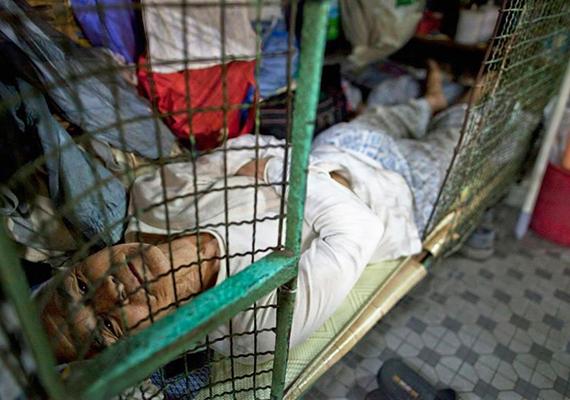 Kínában több tízezren élnek úgynevezett ketreclakásokban, mely olyan zárható lakhelyeket, pontosabban inkább férőhelyeket takar, melyeket fémrács vesz körül, és csupán egy ágy található bennük. A sokak által csak koporsónak nevezett otthonok lakói jellemzően a legszegényebb rétegekből kerülnek ki, főként idősek és férfiak. További képekért kattints ide!