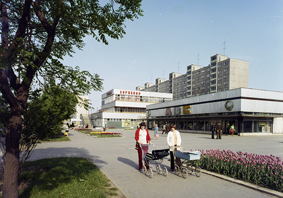Csemege ABC és lakótelepi életkép 1975-ből, Miskolcról. A panelházak tekintetében Közép-Európában igazi rekordernek számít Csehország, itt található például a legnagyobb panelházakból álló lakótelep, emellett az a város is - Brüx vagy Most -, ahol a lakosság a legnagyobb arányban - 80%-ban - panelházakban él.