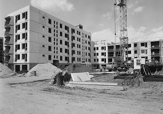 Építkezés 1975-ben, Békéscsabán. Az előre gyártott vasbeton elemekből készült épülettömbként definiálható panelházak tartószerkezeteinek élettartamát átlagosan nyolcvan-száz évre becsülik, a másodlagos és harmadlagos szerkezetek, illetve más belső elemek azonban jóval kevesebb ideig szavatosak. Rendszeres karbantartással és felújítási programokkal azonban mindez meghosszabbítható. Ha többet szeretnél tudni a témáról, kattints ide!