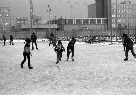Nyüzsgés a lakótelep melletti jégpályán, 1982-ben, Komáromban. Magyarországon ilyen szempontból a rekorder Komárom-Esztergom megye, a második helyen pedig Budapest áll.