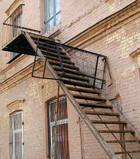 Azbesztveszély  Magyarországon a szórt azbeszt használatát 1982-ben tiltották be, az '50-es és '80-as évek között azonban széles körben alkalmazták építkezéseknél. Ha a lakás ebben az időszakban épült, a falak tartalmazhatják a rákkeltő anyagot - érdeklődj, hogy van-e a társasháznak papírja arról, hogy átesett az azbesztvizsgálaton.  Kapcsolódó cikk: Rák, idegkárosodás, meddőség - Ezekkel mérgez az otthonod »