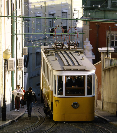 Tömegközlekedés  A közlekedés az egyik legelső kérdés, ami felmerül, mikor egy ígéretes lakáshirdetést találsz. Egy közeli villamos- vagy buszmegálló jó kiindulási pont, de annak is járj utána, milyen alternatív megoldások léteznek, ha egy műszaki meghibásodás vagy közúti baleset miatt nem tudsz a legközelebbi megállóból elindulni. Annak is érdemes utánajárni, hétvégente és éjszaka is gyorsan és egyszerűen megközelíthető-e a lakás.