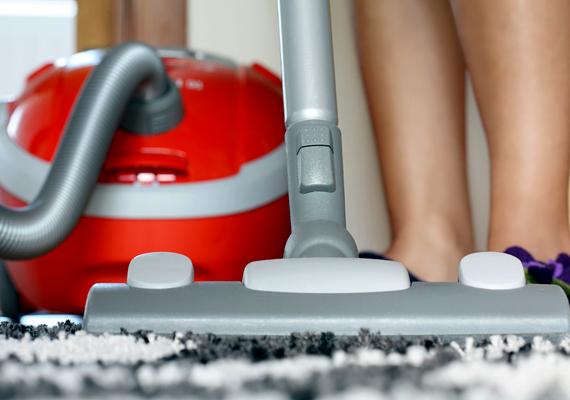 Érdemes a takarítás során HEPA-szűrős porszívót használnod, ez ugyanis nemcsak a porrészecskéket fogja fel, de a penészgombákat sem engedi visszajutni a lakás levegőjébe.