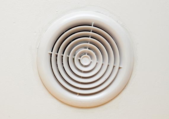 Egy páraérzékelős ventilátor is segítséget jelenthet, ezek ugyanis automatikusan elkezdenek szellőztetni, ha érzékelik, hogy megemelkedett a páratartalom. Ha utóbbi lecsökkent, le is állnak.