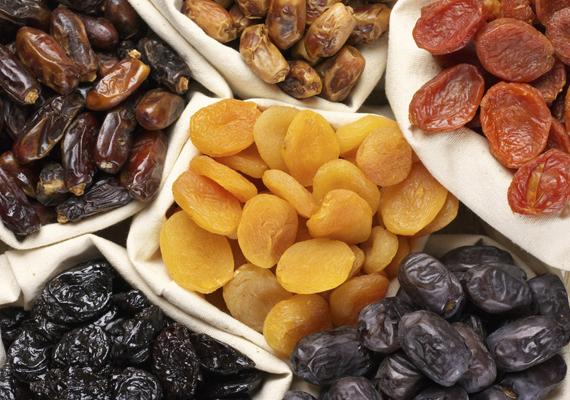Bár az aszalt gyümölcsökben kevesebb a nedvesség, mint lédús, friss társaikban, jelentősen csökkenhet az élvezeti értékük, ha nem a hűtőbe teszed őket.