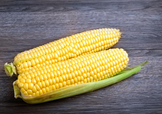 Amennyiben a kukoricát szobahőmérsékleten hagyod, cukortartalma drasztikusan csökkenhet. Tedd akár egy tányérra, akár egy tálba, pucolás nélkül is elhelyezheted a hűtőben.