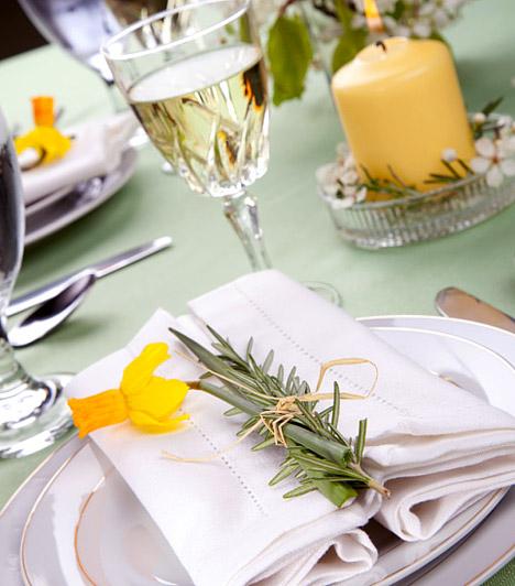 Sok múlik a körítésen  Ahogy az ételek ízét is fokozhatja, ha gusztusosan vannak elrendezve a tányéron, úgy az étkező komfortérzetét is növelheted egy szép és különleges terítékkel. Ha a hely kevés ahhoz, hogy az asztal körül éld ki lakberendező hajlamod, alkoss valami dekoratívat magán az asztalon!  Kapcsolódó cikk: Álomszépen felújított konyhák »