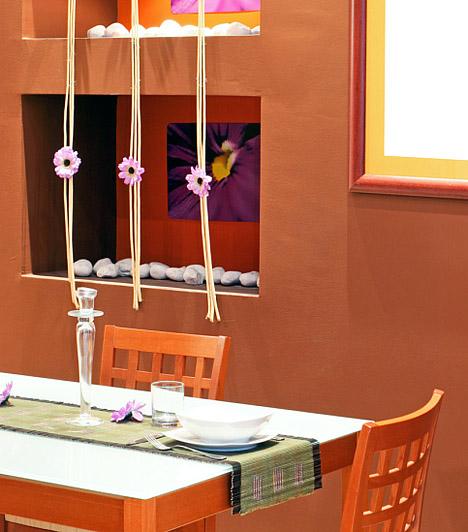 Merész színek  Az étkező elhatárolásában az is segíthet, ha a mögötte lévő falfelületet a szoba többi részével harmonizáló, de eltérő színnel fested le. Nyugodtan használj merész színeket és feltűnő mintákat, hiszen a cél az, hogy olyan légkört teremts, melyben az emberek szívesen töltik az idejüket, jókedvre és beszélgetésre hangolja őket. Nyugodtan meríts ihletet a kedvenc éttermed dekorációjából!