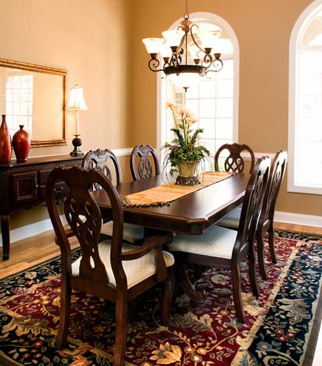 Jelöld ki a területet!  Ha a szoba, mely az étkezőnek ad helyet, más funkciókat is ellát, például egyben a nappali is, teríts egy szőnyeget az asztal és a székek alá. Nemcsak a komfortérzetedet növeled, ha ebéd közben a puha textilen pihenhet a lábad, de jelképesen a szobát is kettéoszthatod ezzel a megoldással.