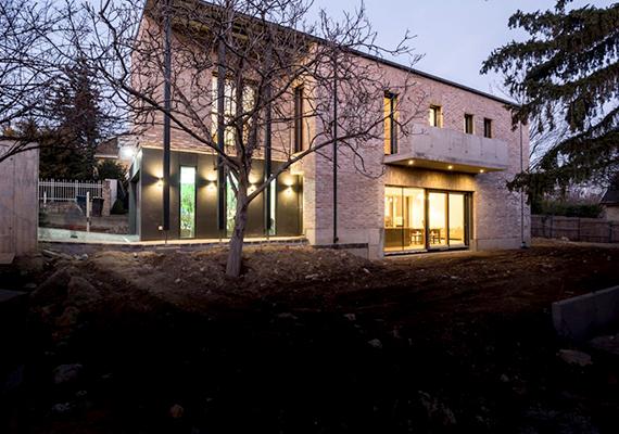 A Xella Magyarország Kft. Környezetbarát ház különdíját Bártfai-Szabó Gábornak és Nagy Mariannak adták át budapesti ökologikus lakóházukért.