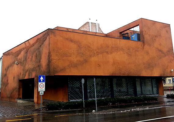 A középület kategória nyertese egy hódmezővásárhelyi múzeum új hozzáépítése lett az érdekes vakolatstruktúrával, mellyel a kivitelező Kerámiaház Kft. pályázott. A tervező Vesmás Péter építész volt.