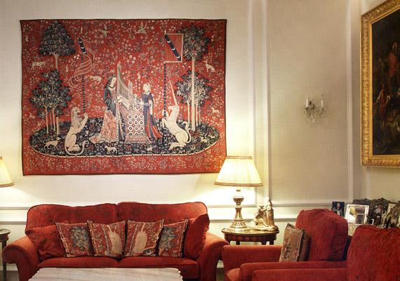 A Sváb-hegyen álló, eredetileg vadászkastélynak épült ház nappalijában néhány bútor még a múlt századból származik.