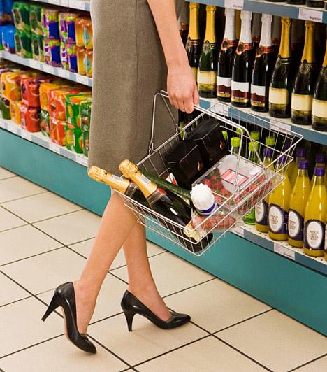 Éhesen mész vásárolni  Ha akkor ugrasz le a boltba, amikor megéhezel, jó eséllyel rengeteg olyan dolog kerül a kosaradba, amire valójában nincs is szükséged. Az éhezési roham lecsengése után ezeknek a finomságoknak a nagy része a hűtő mélyében landol, és, mire legközelebb eszedbe jutnak, valószínűleg már a szavatosságuk is lejárt. Bevásárlás előtt ezért mindig készíts listát, és próbáld meg ahhoz tartani magad.