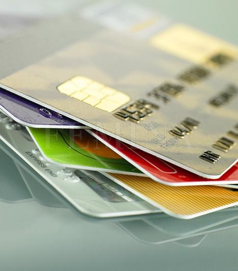 Hitelkártyák  Talán a hónap végén, amikor elfogy a fizetésed, jó megoldásnak tűnik egy hitelkártyával fedezni a következő fizetésig hátralévő napok kiadásait, de ne feledd, hogy ezt a pénzt a következő fizetésedből fogják levonni, így csöbörből vödörbe esel. Hacsak nem feltétlenül szükséges, inkább ne használd a hitelkártyádat.  Kapcsolódó cikk: A folyószámla rejtett költségei »