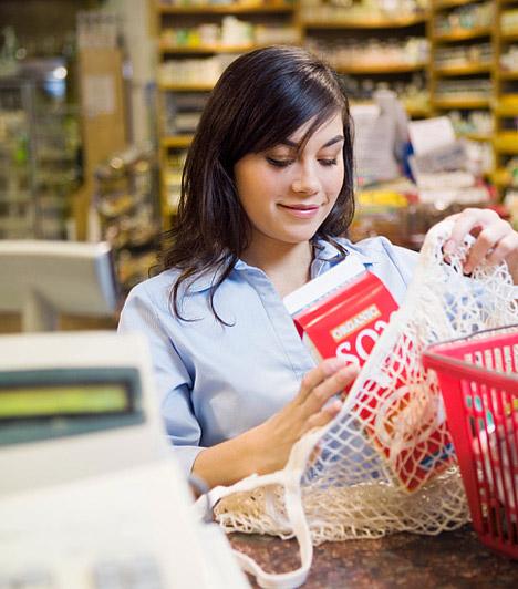 Kis tételben vásárolsz  A tartós cikkekből, mint amilyen a liszt, a cukor, a tartós tej vagy a tisztítószerek, megéri a nagyobb kiszerelést választanod. Ezeknek nemcsak az ára kedvezőbb, de így ritkábban is kell boltba menned, így kisebb a kockázata, hogy engedsz a csábításnak, és bevásárolsz olyan dolgokból is, melyekre valójában nincs is szükséged.
