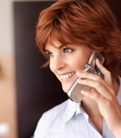 Mobil-előfizetés  Sokan vannak, akik a mobiljuk megvásárlásakor kiválasztanak egy előfizetői csomagot, és aztán eszükbe sem jut, hogy változtassanak azon. Nézz utána, nem kínál-e a szolgáltatód olyan előfizetői csomagot, ami jobban megfelel az elvárásaidnak. Ha például utálsz üzenetet pötyögni, akkor felesleges a díjcsomagba foglalt havi 50 SMS-t fizetned, de, ha egész nap az irodában ülsz a számítógép előtt, akkor talán a mobilinternet-előfizetés is felesleges.