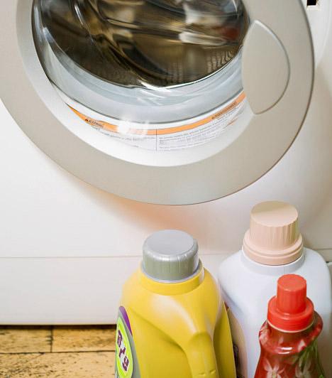 Drága tisztítószerek  A márkás tisztítószerek egy vagyonba kerülnek, ráadásul veszélyes anyagokat is tartalmazhatnak. Mielőtt kiadnál egy csinos kis összeget a különböző vegyszerekért, próbáld ki, milyen nagyanyáink házi praktikáival takarítani. Egy kis odafigyeléssel még a mosóporvásárlást is megúszhatod.  Kapcsolódó cikk: Mosás 60 forintért, vegyszerek nélkül »