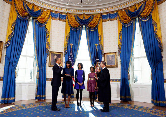 Az első emeleti kék szoba egy a három ovális lakrész közül. Barack Obama itt tette le elnöki esküjét.