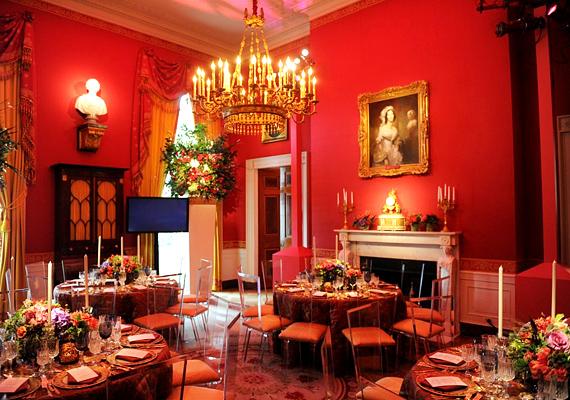 A piros szoba hagyományosan a zeneteremnek felel meg, de ennek is van külön étkezőrésze.