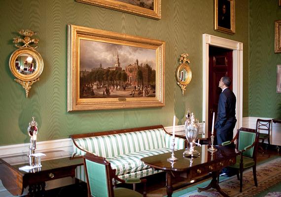 A zöld szoba a nappali szalon funkcióját tölti be, itt fogadják a vendégeket, és szolgálják fel a teát, illetve a koktélokat, ha nagyobb eseményre kerül sor.