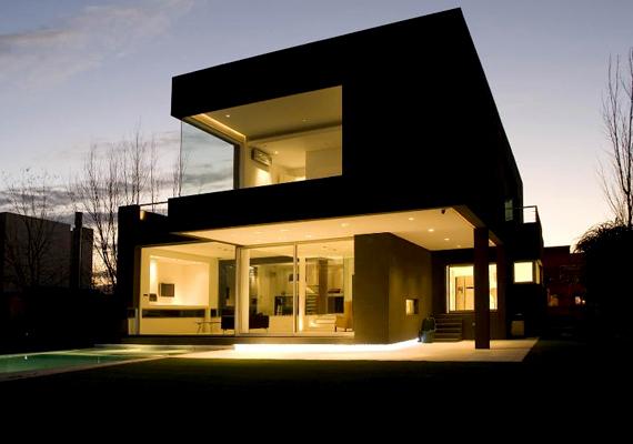 Az egyik leghíresebb fekete ház, melyet tervezője, Andres Remy is Black House-nak nevezett el, Argentínában, Buenos Airesben található.