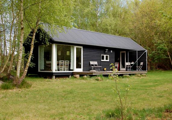 Vidéki ház Dániában, feketében: a szín itt sem feltétlenül komor, sokkal inkább rusztikus, északi hatást kelt.