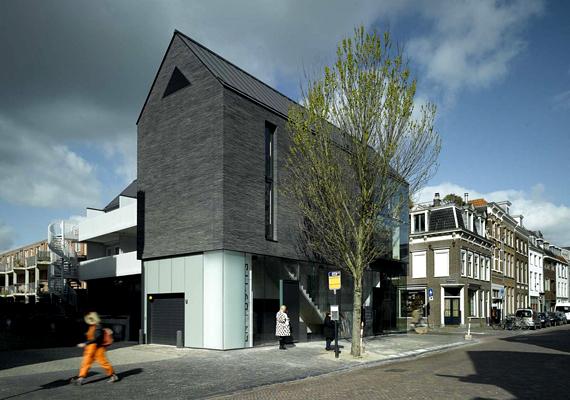 Ez a ház Hollandiában található. Az utcakép elemeként nem olyan riasztó a szürkés-feketés szín.