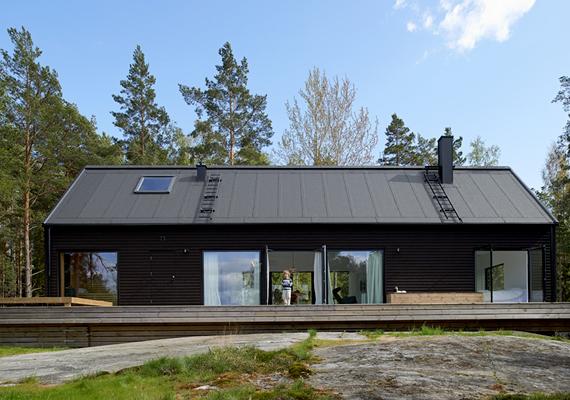 A fekete, Villa Wallin nevű épületet Erik Andersson tervezte. A természeti környezetnek és a felhasznált anyagoknak köszönhetően ebben az esetben sem olyan drámai a hatás.