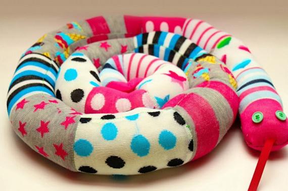 A fél pár zoknik leginkább pénztárcabarát felhasználási módja, ha összevarrod őket, és vattával, béléssel, súlyként pedig rizzsel vagy más gabonával kitömve huzatfogó párnát készíthetsz belőlük. A képen látható kígyó is így készült, de további ötleteket is begyűjthetsz, ha ide kattintasz.
