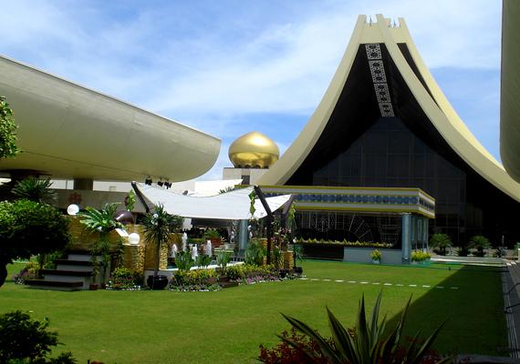 Az Istana Nurul Iman-palota is hasonló gazdagságról tanúskodik, az 1984-ben elkészült, 1,4 milliárd dollárból felépített palota a brunei szultán, Hassanal Bolkiah rezidenciája. A 200 ezer négyzetméteres komplexumban 1788 szoba található. Ha még több képet néznél meg róla, kattints ide!