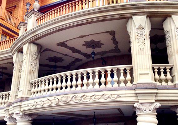 A köznyelv a Korrupció Házának keresztelte el a pazar épületet.