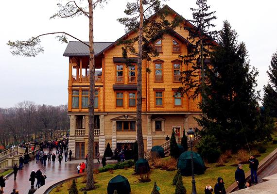 Miután az egykori ukrán elnök, Viktor Janukovics 2014 februárjában a tüntetések következtében elmenekült, a polgárok betekintést nyerhettek a Kijevtől 30 kilométerre található, Mezsgorje luxusházba, ahol saját állatkertet, valamint autó- és jachtgyűjteményt is a magáénak tudhatott, nem beszélve a hírhedtté vált arany WC-keféről.