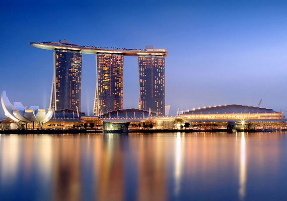 Nemcsak lakóházak tekintetében látni azonban a felesleges luxus megnyilvánulásait, a szingapúri Marina Bay Sands nevű hotel és kaszinó például a világ egyik legdrágább épülete, nem kevesebb mint 6 milliárd dollárból hozták létre mai értéken számítva. Még több megdöbbentően drága épületért kattints ide!