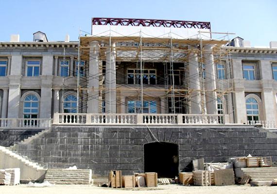 A Fekete-tenger partján álló, Projekt Dél névre keresztelt palotáról többen is állították, hogy eredetileg az orosz kormányfőnek, Vladimir Putyinnak készült.