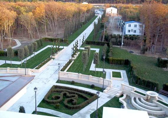Bár egyértelmű bizonyítékok máig nincsenek erre, a közbeszédbe Putyin palotája néven került be az épület.