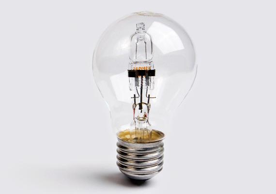 A halogén izzó kellemes fénye hasonlít a hagyományos izzó világítására - bár annál kissé halványabb -, ám a kalkuláció szerint csak 4576 forintos megtakarítást jelent, ami lényegesen kevesebb, mint a kompakt fénycső esetében. Ugyanakkor mellette szól, hogy olcsó, és a gyakori kapcsolgatás sem teszi tönkre. Hátránya azonban, hogy az élettartama igen rövid.