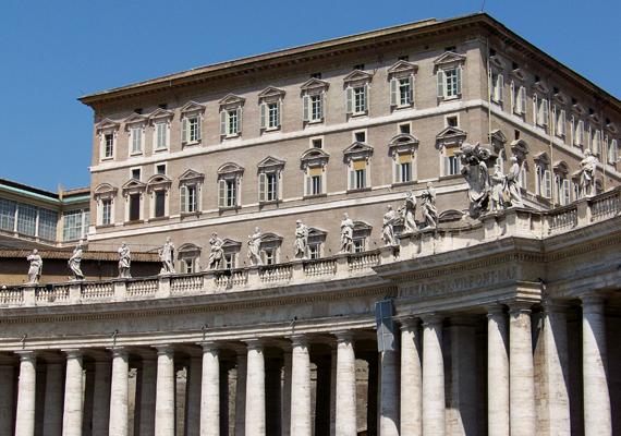 A képen az Apostoli Palota látható, melynek harmadik emeletén található a mindenkori pápa hivatalos rezidenciája. Legalábbis korábban így volt, most csak irodaként funkcionál.