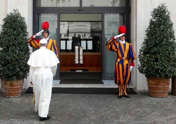 Ferenc pápa a Szent Márta-ház bejáratánál.
