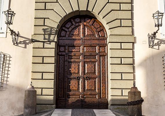 A nyári palota bejárata. Ferenc pápa a rá váró fontos egyházi feladatokra hivatkozva nem használta nyári pihenőhelyként a rezidenciát.