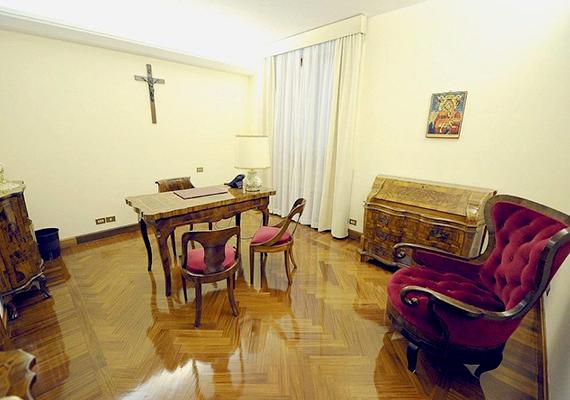 A II. János Pál pápa regnálása idején felépített Szent Márta-ház vendégházként funkcionál azok számára, akik hivatalos egyházi ügyekben érkeznek a Vatikánba. A képen a pápa dolgozószobája látható.